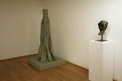 Eckhard Kremers 2013 Rock X Papier und ...vom Vergessen Kopf IV in Ausstellung Ludwig Museum Koblenz [skirt x paper and ...of oblivion head iv in exhibition]